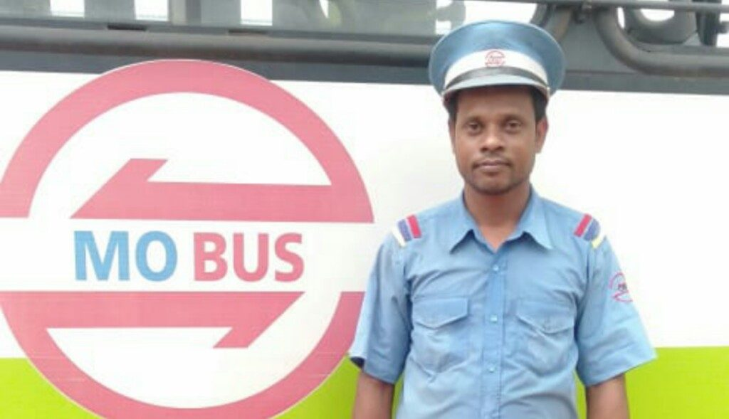 Mo Bus crew return bag with valuables to passenger