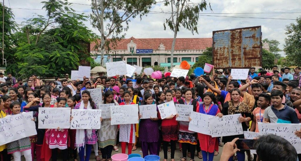 Students' protest against poor infrastructure of Keonjhar Govt Engg College