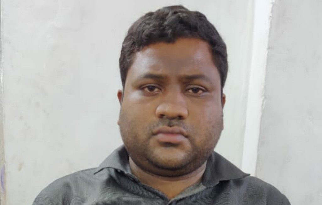Fraud held for posing as an Income Tax officer